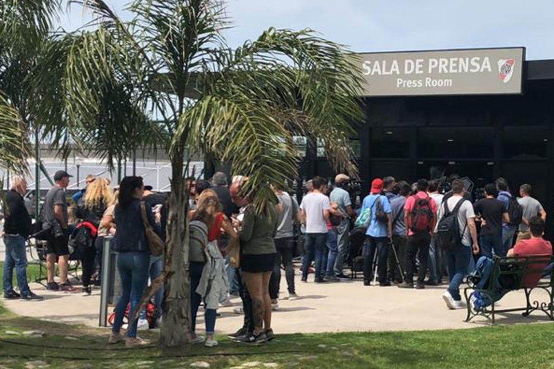 Una multitud para entrar a la sala de prensa en Ezeiza