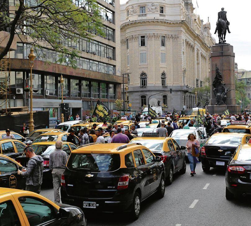 Taxistas se movilizarán hoy a la Legislatura mientras se discute el proyecto.