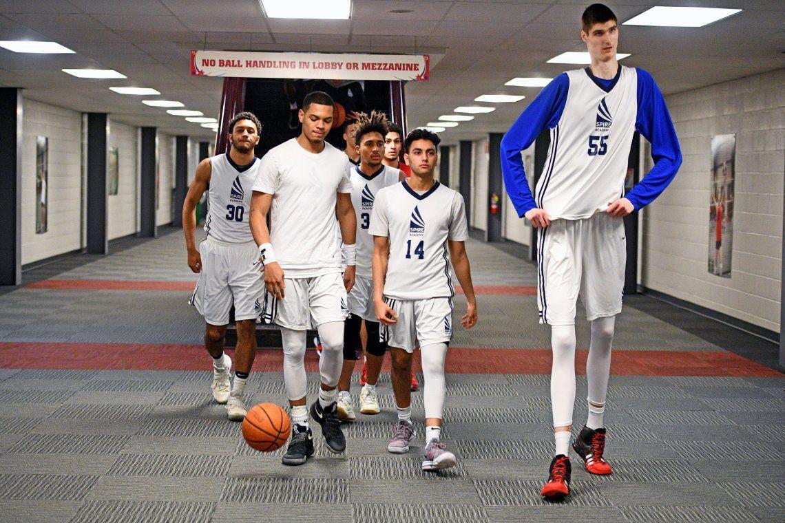Quien es Robert Bobroczky, el basquetbolista de Play 1 que mide 2.30m y quiere llegar la NBA