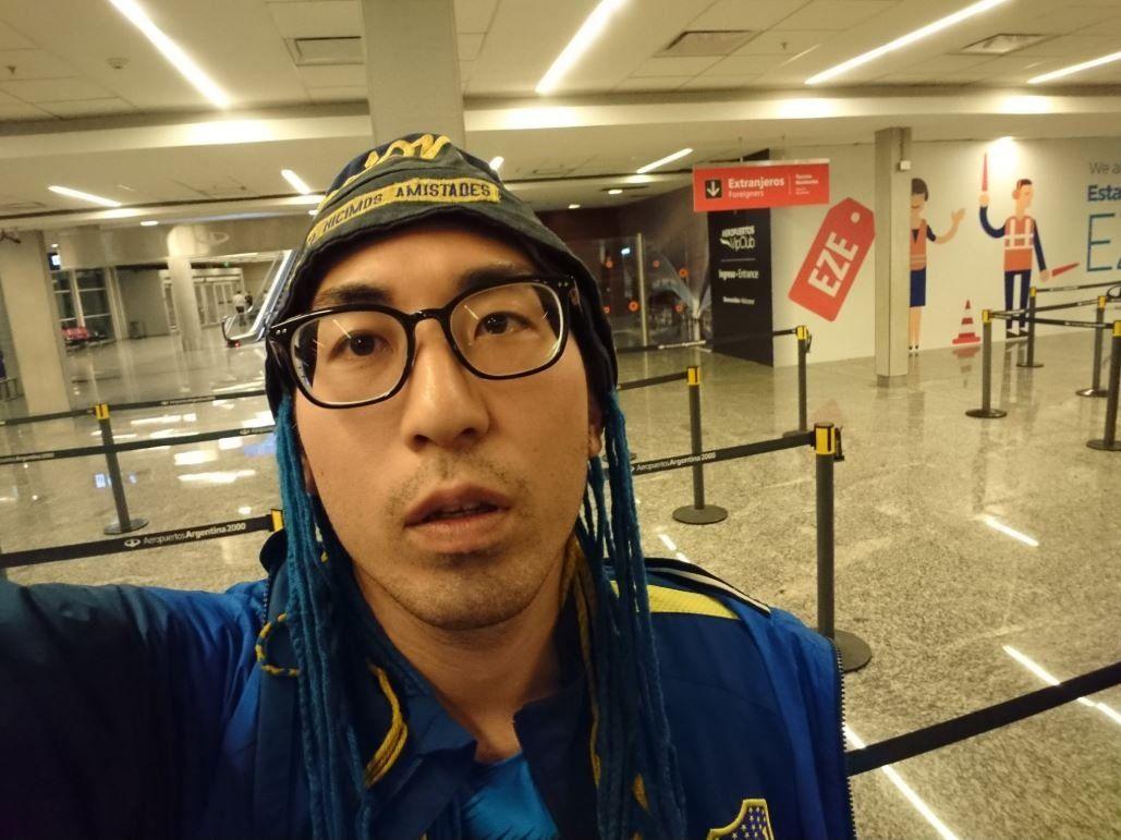 ¡Mucha mala suerte! Un fanático de Boca vino desde Japón a Buenos Aires sólo por 24 horas para ver el partido contra River, se lo perdió por la lluvia y se vuelve a la noche