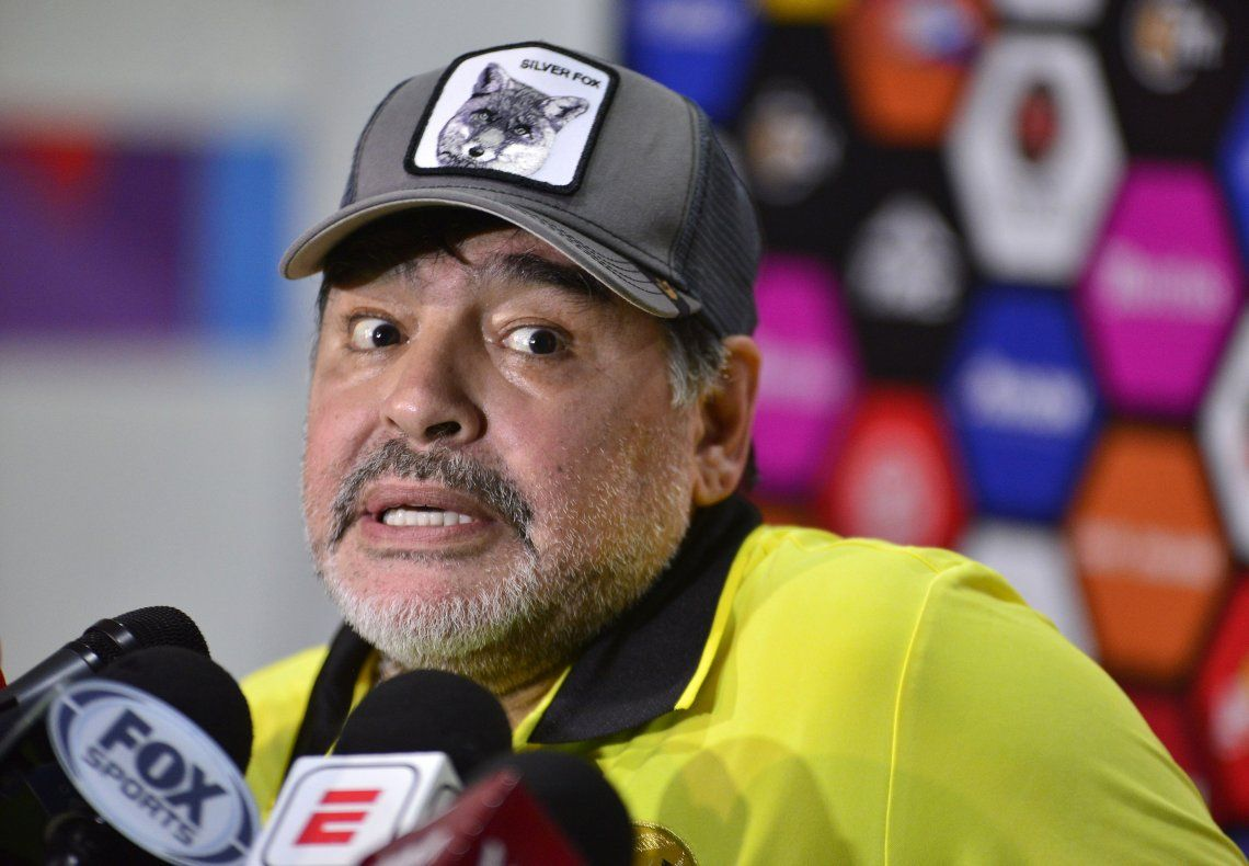Maradona no se bancó las cargadas y quiso trompearse con los hinchas