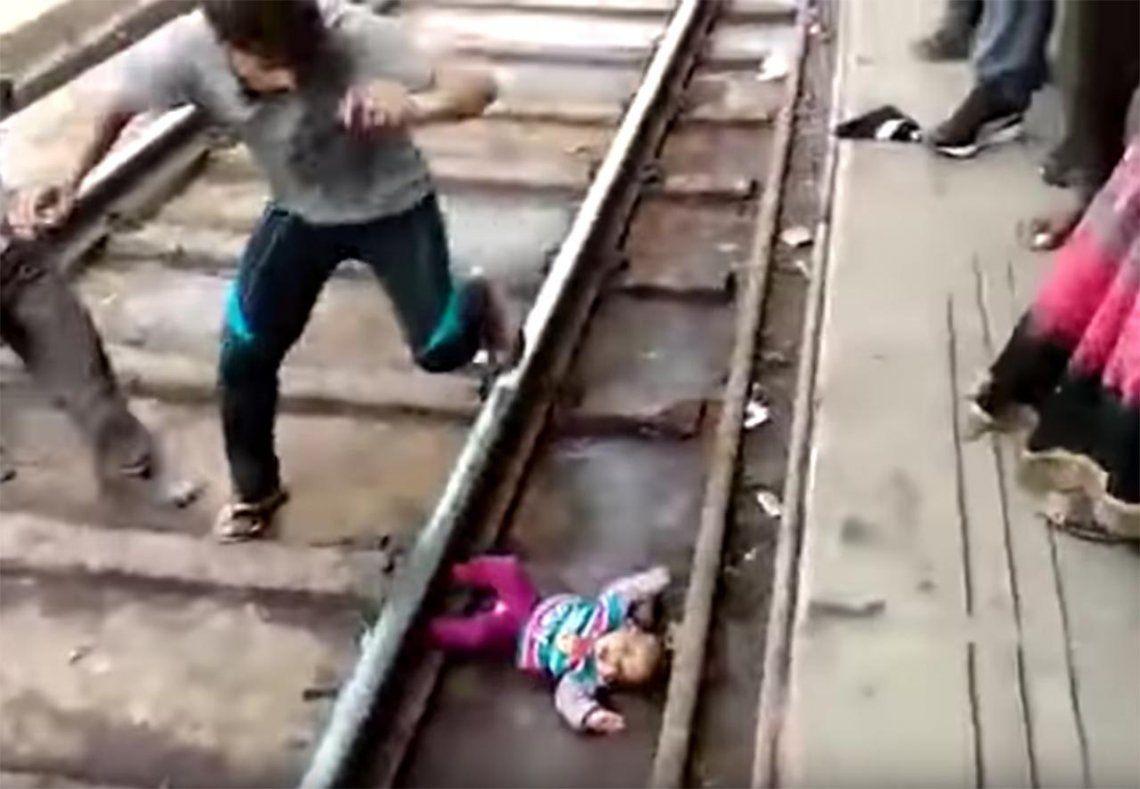 El bebé del milagro: un tren le pasa por arriba y sobrevive