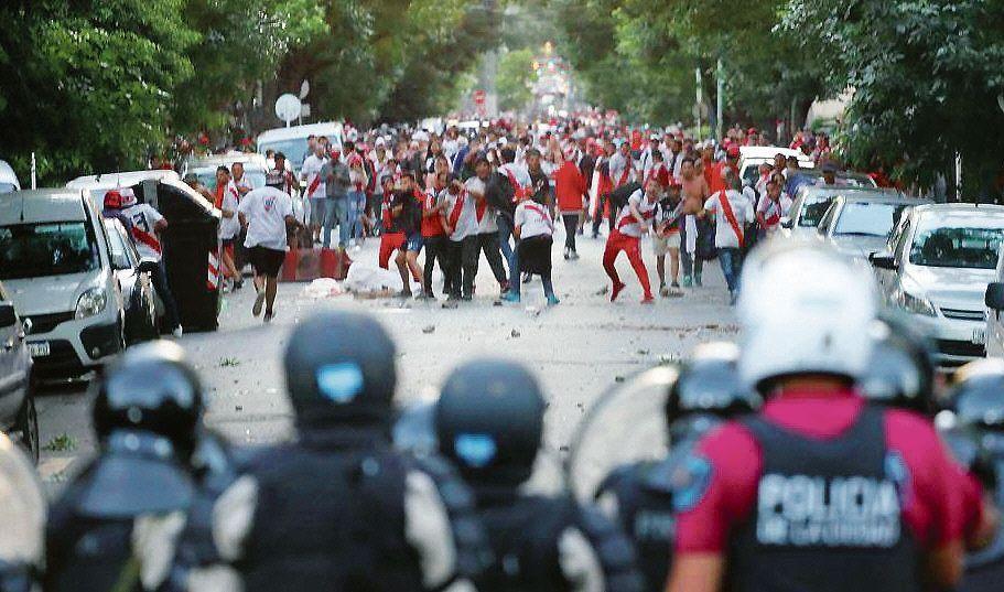 Imagen de una tarde de violencia y caos en las cercanías del Monumental