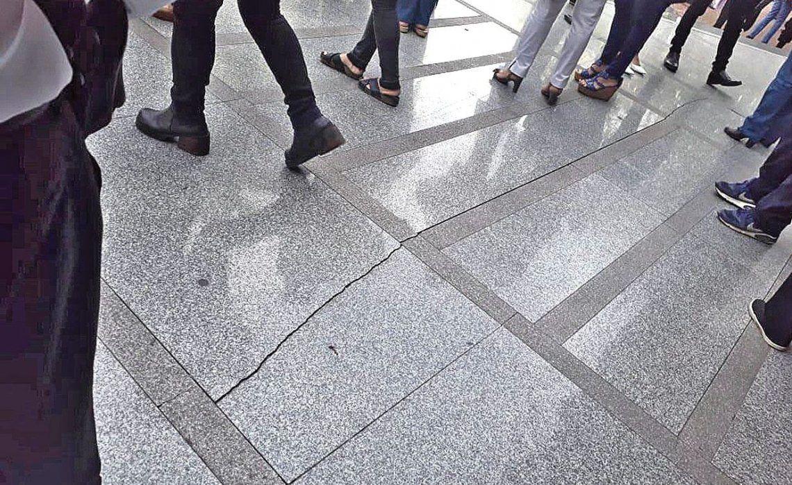 """dPersonal de Infraestructura revisó las instalaciones """"y determinó que sólo se trató de una rajadura en el suelo""""."""