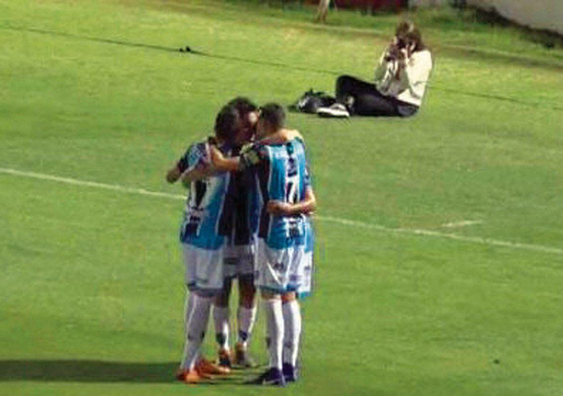 El abrazo de los jugadores de Almagro con Damián Arce tras el gol de la victoria.