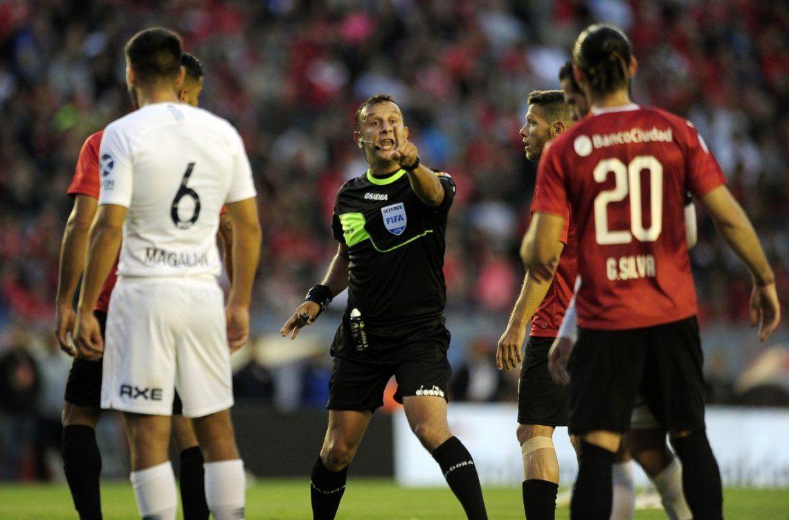 Todo mal, Herrera: no le dio un penalazo al Rojo, le anuló mal un gol y debió echar a Gigliotti