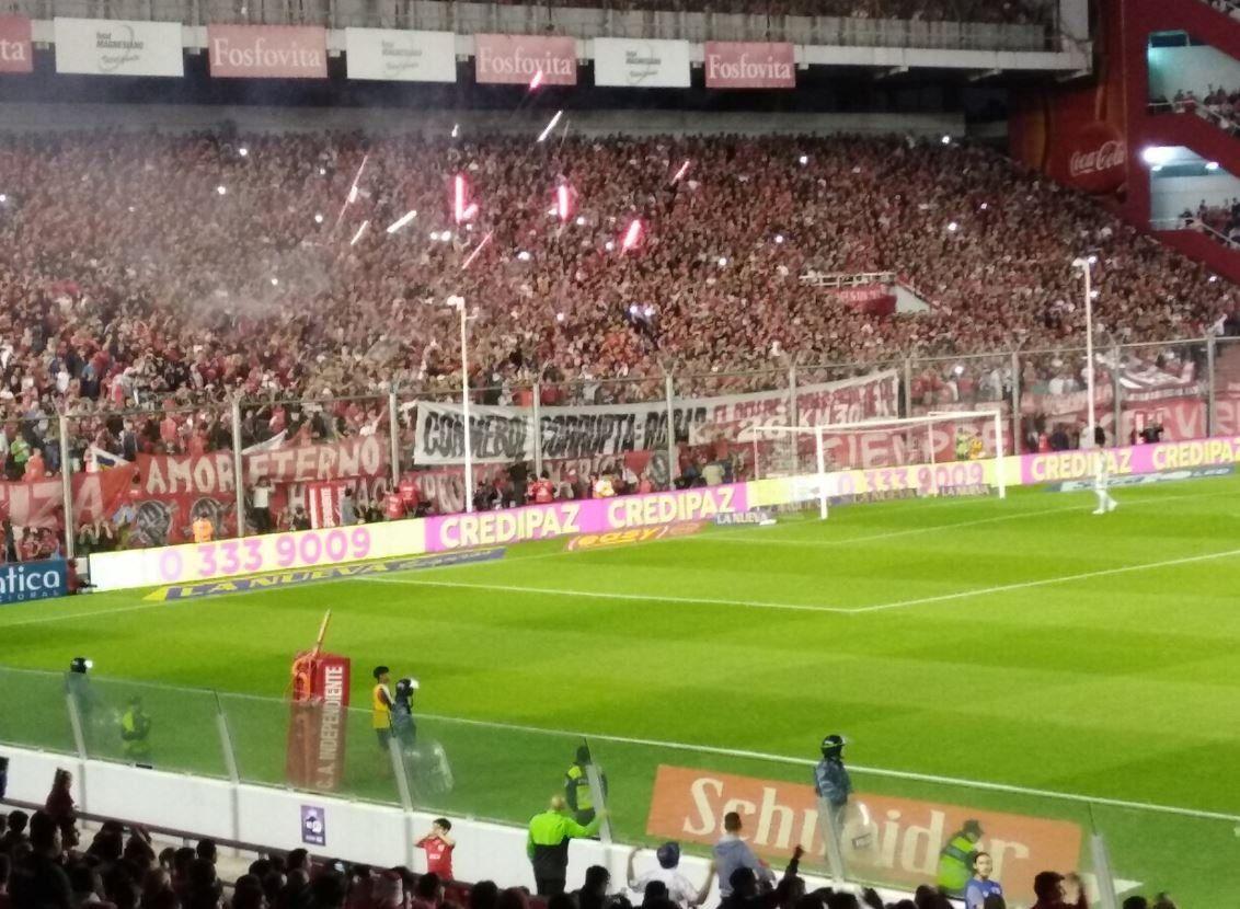 Conmebol corrupta, la bandera que hizo demorar el segundo tiempo en Independiente - Boca