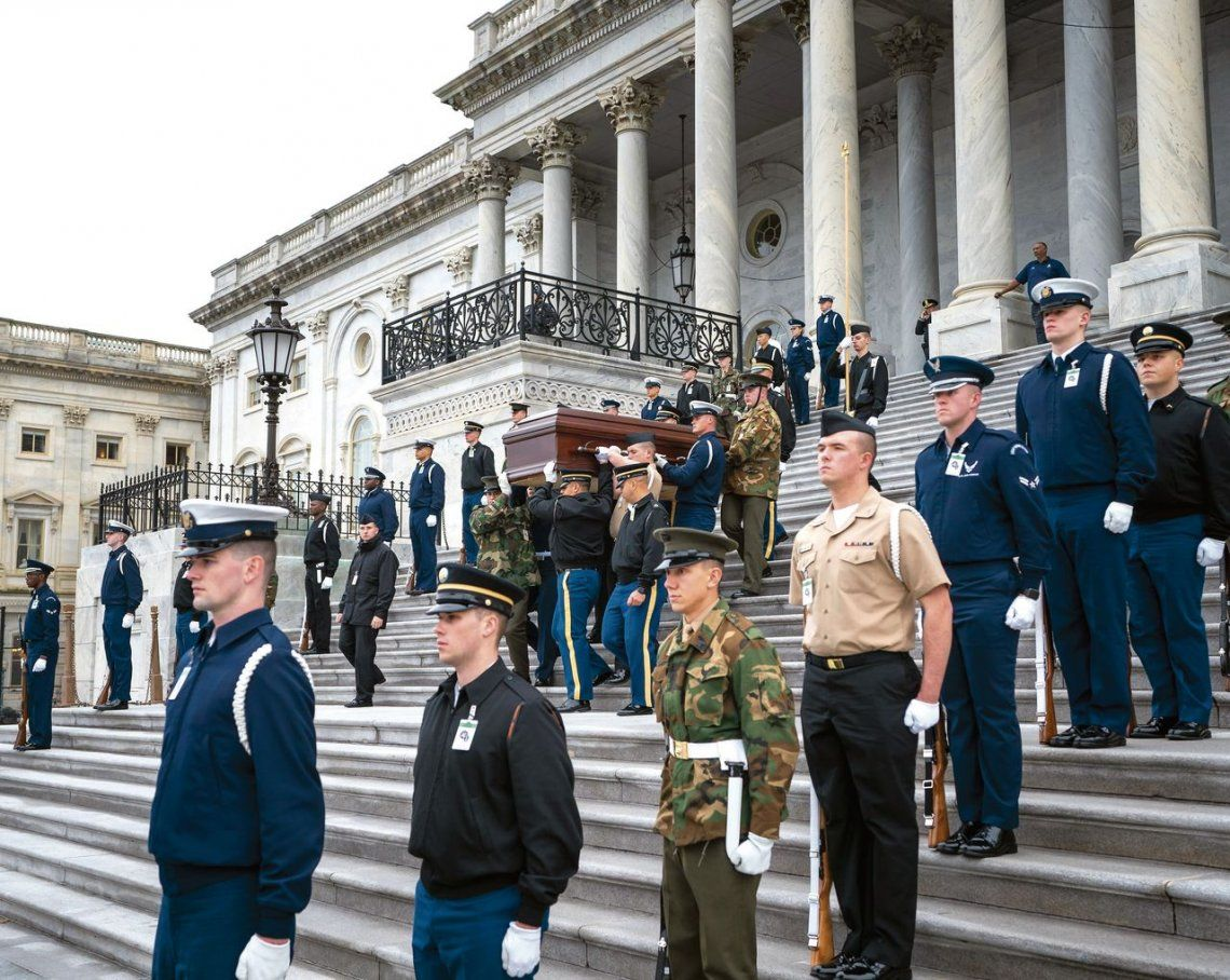 Miembros del servicio conjunto ensayan lo que será el funeral de Bush.