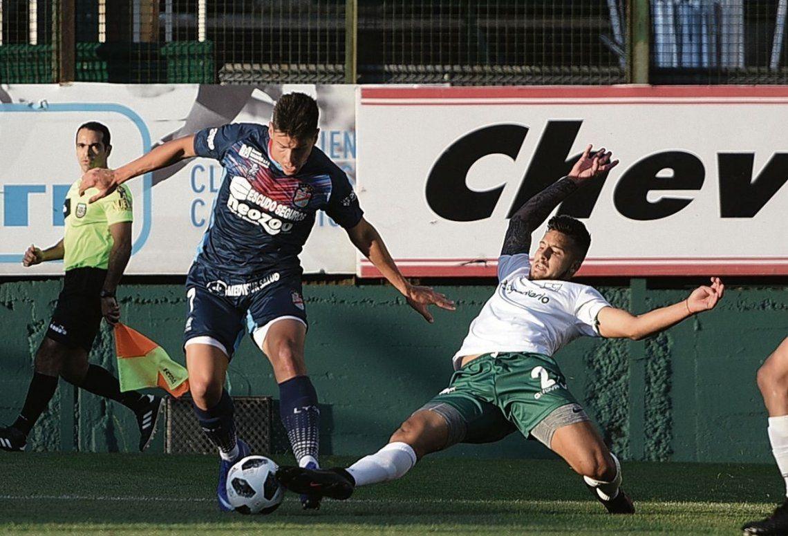 dEl delantero Facundo Pons ante un defensor verdolaga en el encuentro disputado en Martín de Gainza 250.