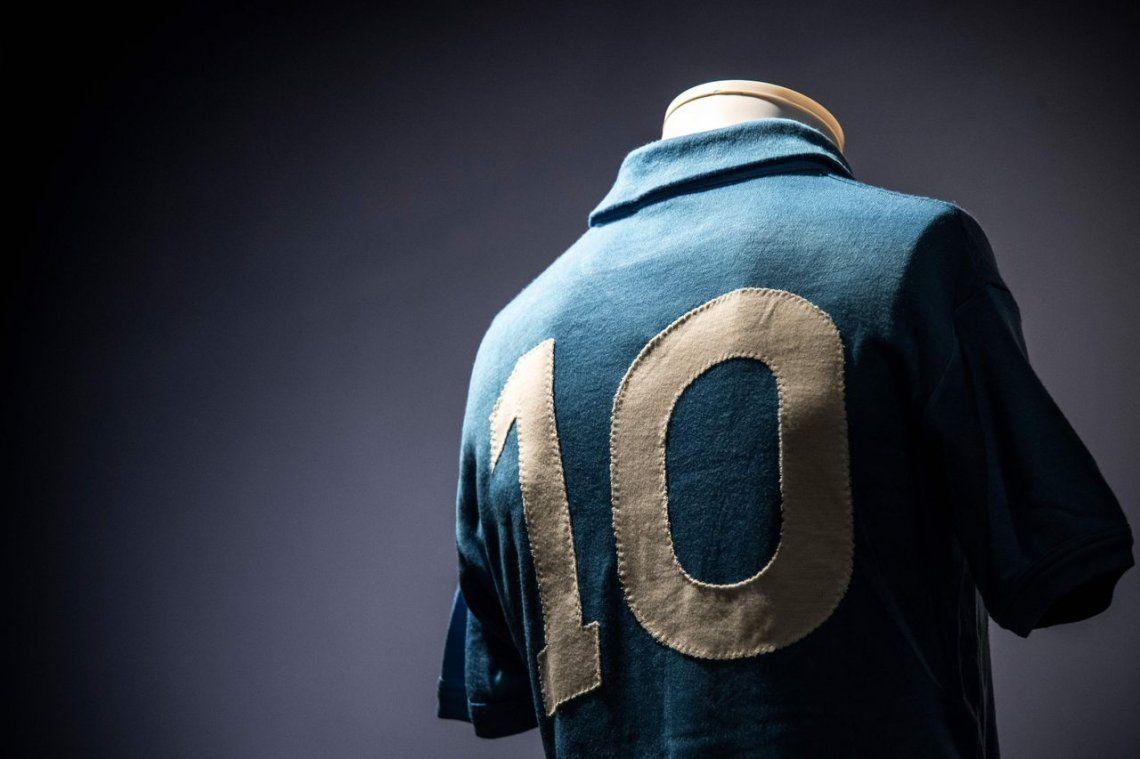Subastan camisetas míticas de Maradona, Messi y Zidane
