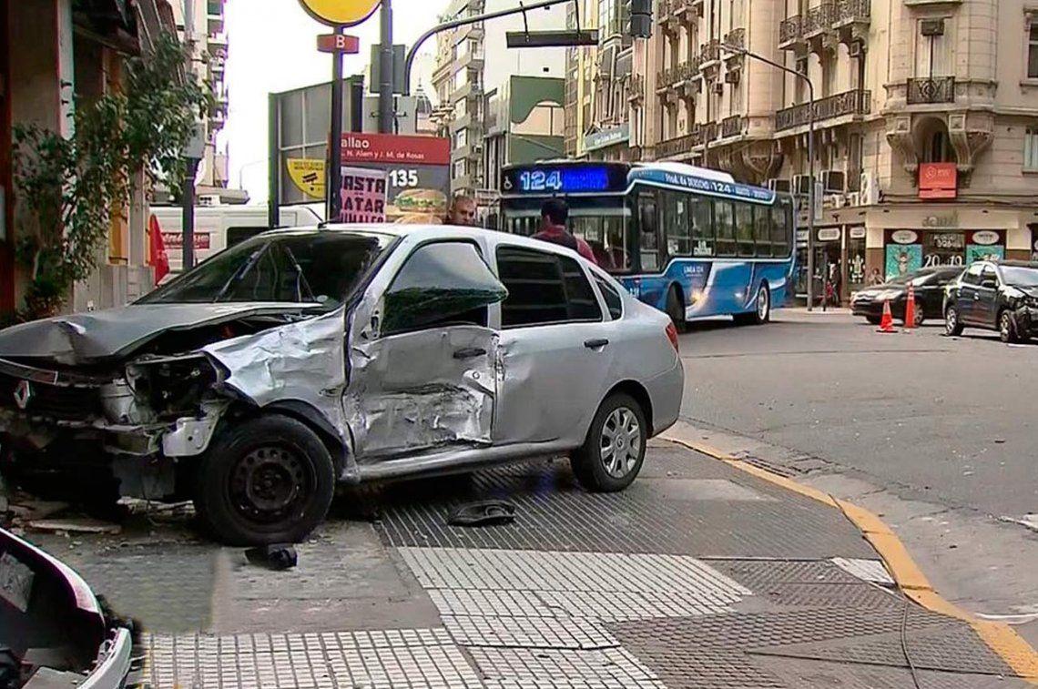 Un automóvil se incrustó en el frente del bar La Ópera, en Callao y Corrientes