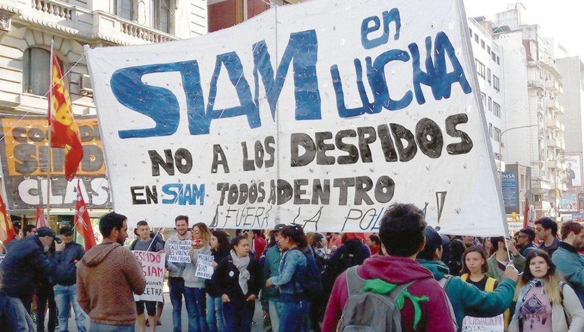 Luego de la marcha se convocó a un abrazo a la planta de SIAM en Molinedo al 1600 para hoy a las 13.30.