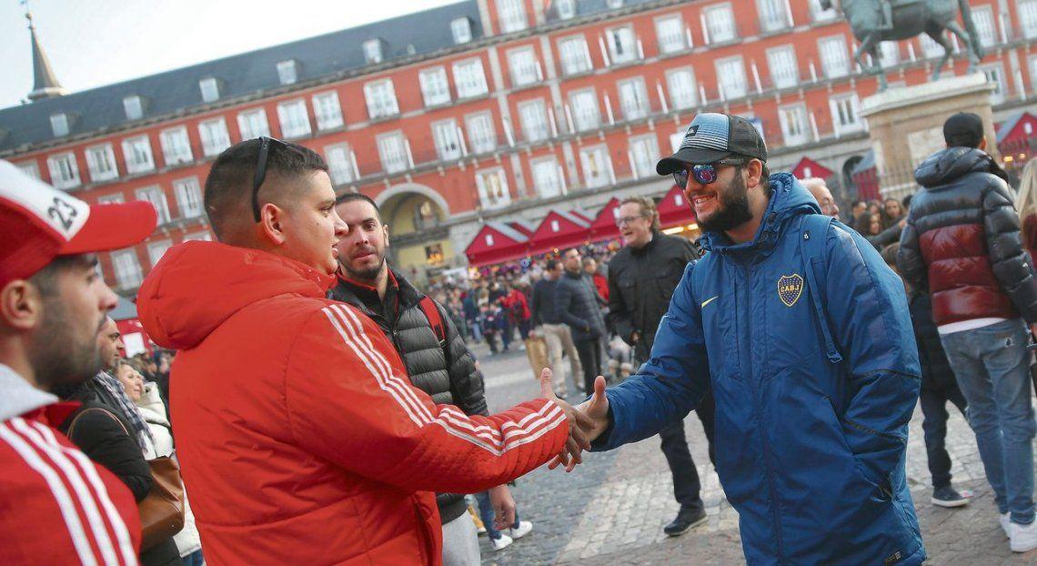 En Madrid, por ahora, los hinchas de River y Boca firmaron la paz