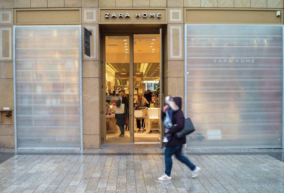 dUna tienda cercana a los Campos Elíseos protege sus vitrinas con paneles metálicos ante el temor de incidentes.
