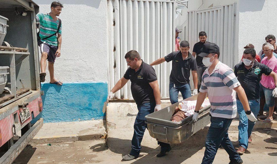 dUn grupo de personas traslada el cuerpo de uno de los fallecidos en la tragedia de Ceará.