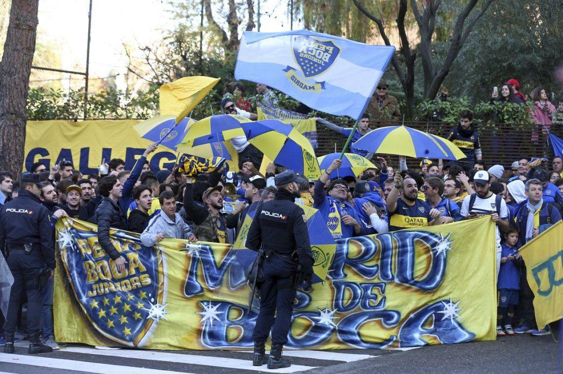 Los hinchas de Boca hicieron un banderazo en la puerta del hotel donde concentra el plantel en Madrid