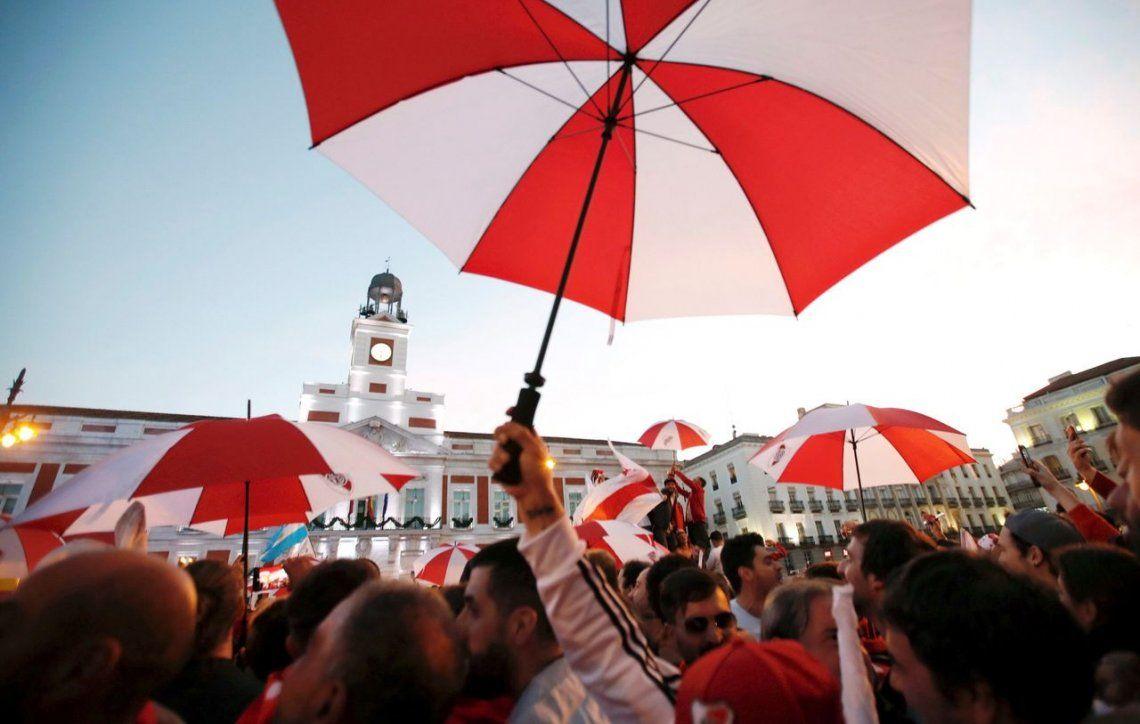 Puerta del Sol: los hinchas de River también tuvieron su banderazo en Madrid
