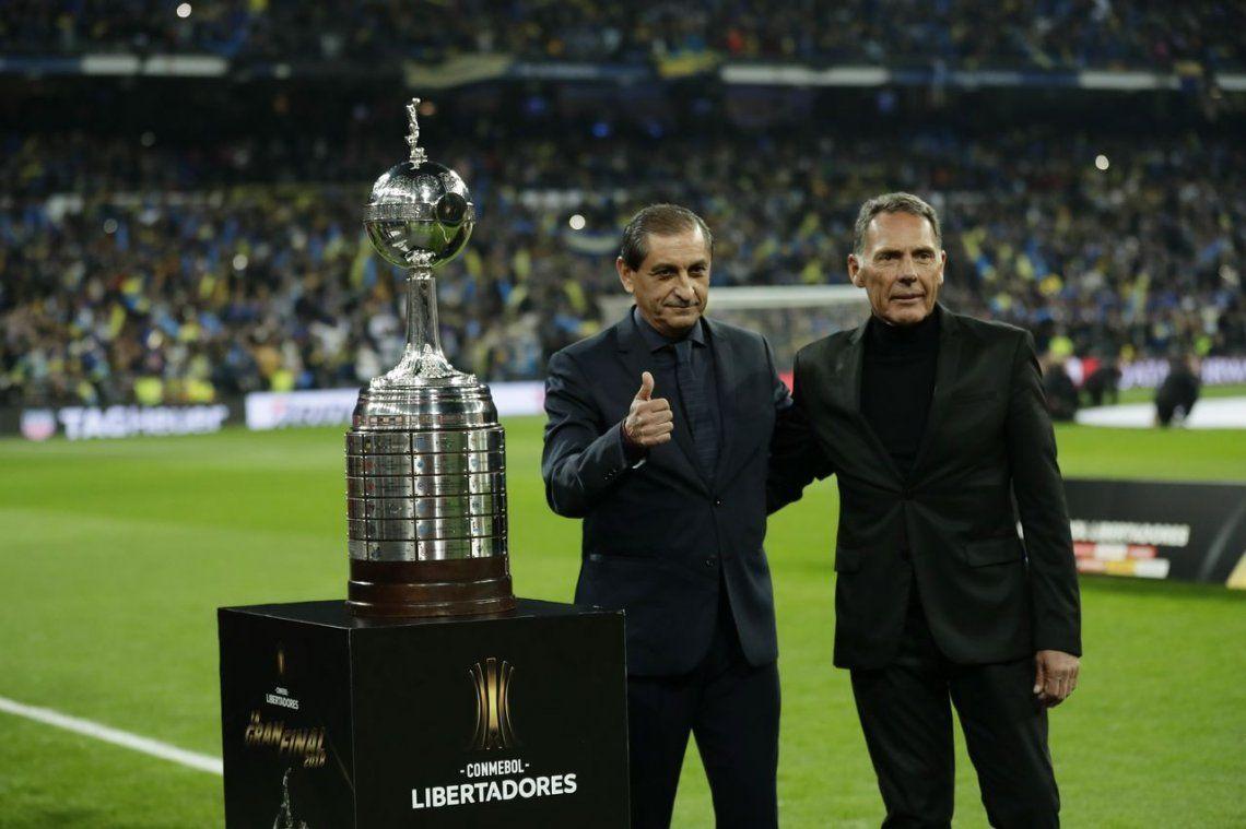 Campeones: Ramón Díaz y Miguel Ángel Russo posaron con la Copa Libertadores