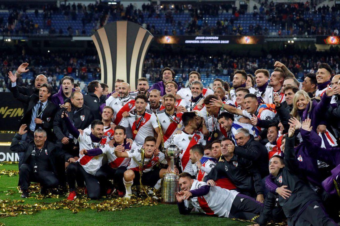 Los festejos y gastadas de los hinchas de River, a un mes de ganarle la Copa Libertadores a Boca en Madrid