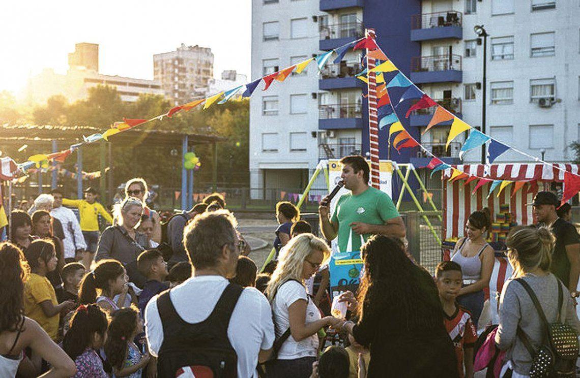 dLa gente disfruta al aire libre de la cartelera cultural porteña.