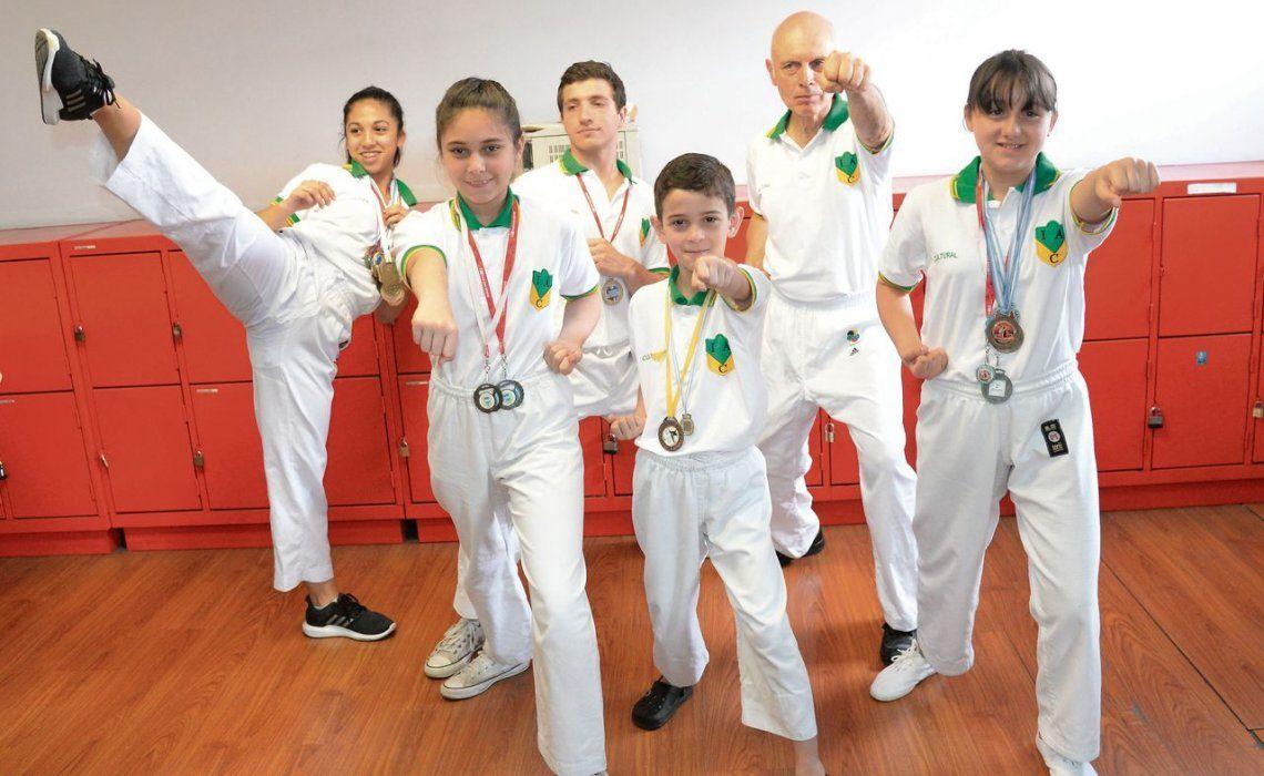 Cultural Sarandí y sus exponentes del karate en una gran performance.