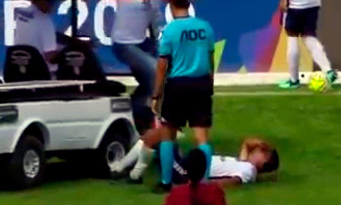 El carrito de asistencia médica entró a atender a un lesionado y le pisó el pie