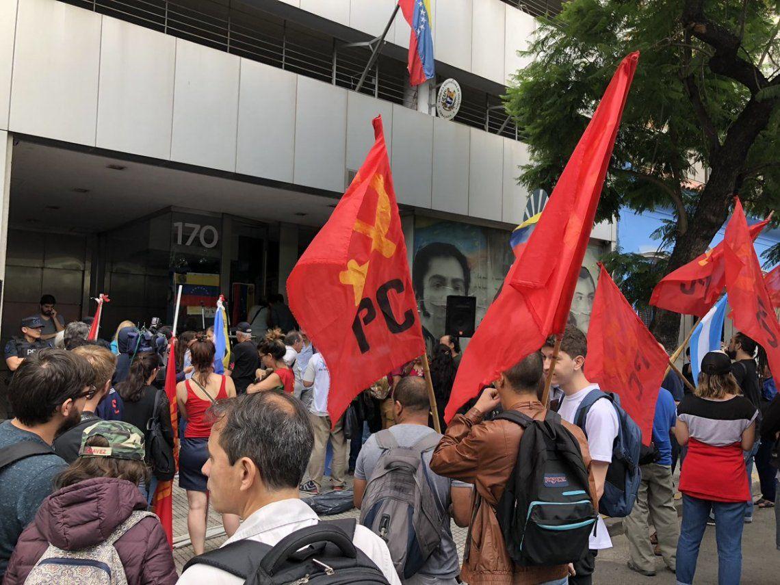 Manifestación en apoyo a Maduro en la Embajada de Venezuela