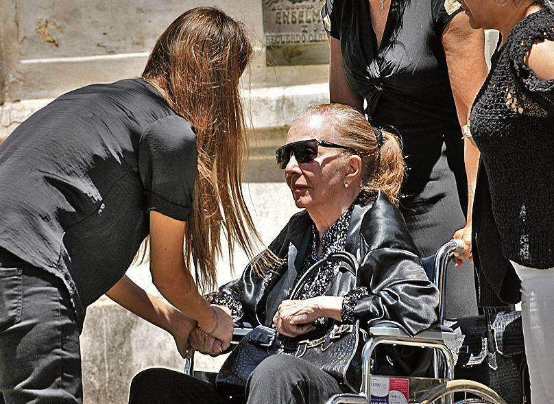 dPinky llegó al cementerio en silla de ruedas para poder despedir a su hijo.