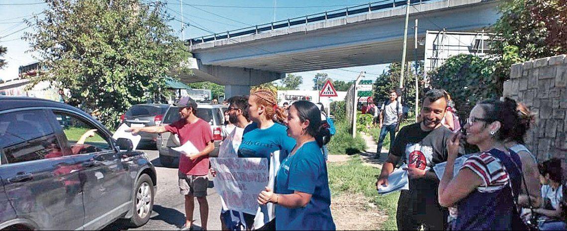 dTrabajadoras de Nordelta protestaron ayer en uno de los ingresos al barrio de Tigre.