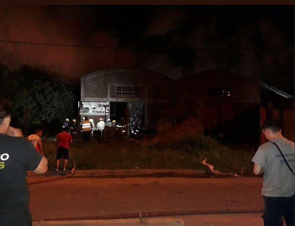 San Francisco Solano: feroz incendio en una fábrica de solventes