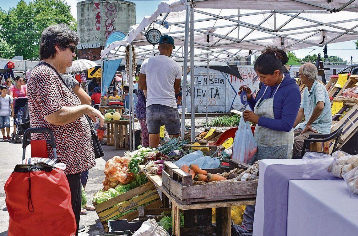 Los vecinos visitan el mercado