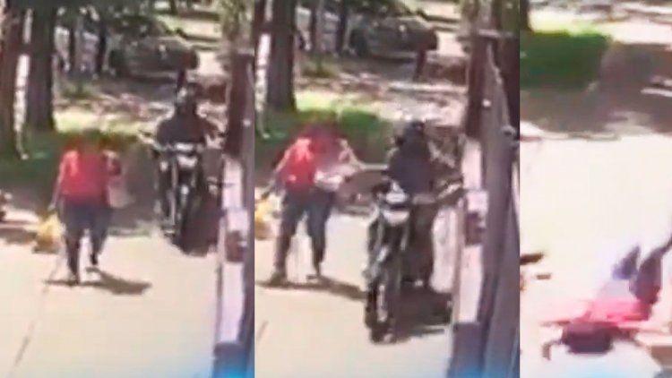 Impresionante ataque de un motochorro a una mujer en menos de 10 segundos