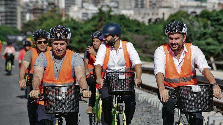 dLarreta en bicicleta con Peña, recorriendo obras en viaducto de la línea Mitre.
