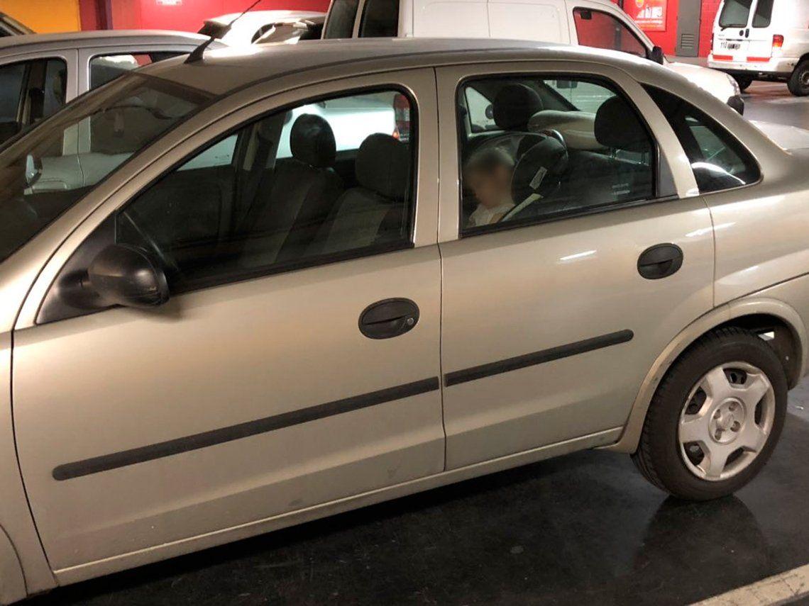 Tendencia peligrosa: padres que dejan a sus hijos en autos