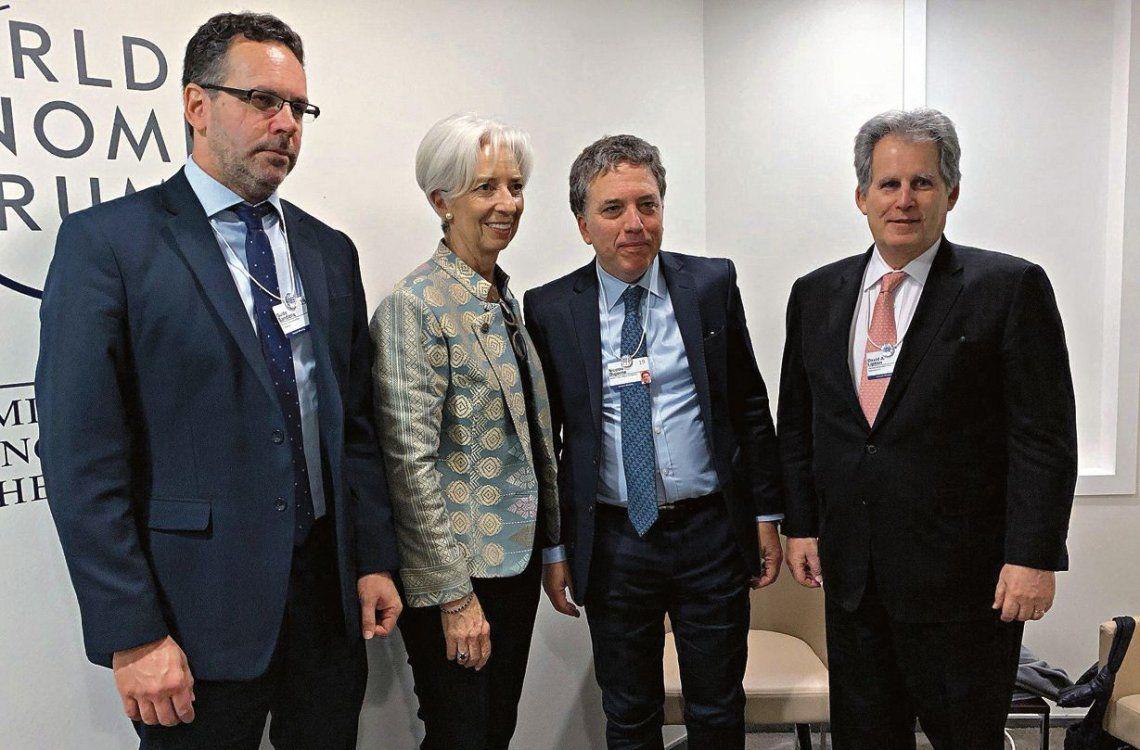 Christine Lagarde flanqueada por Sandleris y Dujovne durante el encuentro que mantuvieron en la ciudad de Davos.