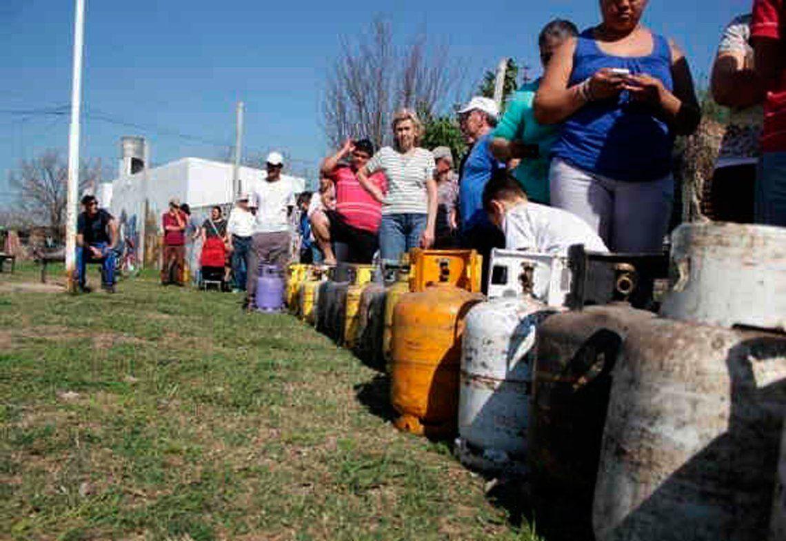 Gente en Avellaneda aguardando para poder cambiar la garrafa vacía por una nueva. Desde 2015 aumentó 205%.