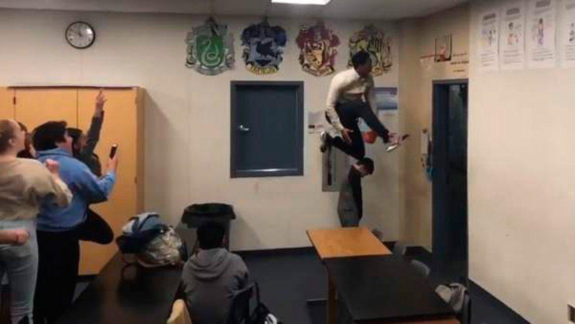 Conocé al profesor que termina sus clases con una volcada espectacular