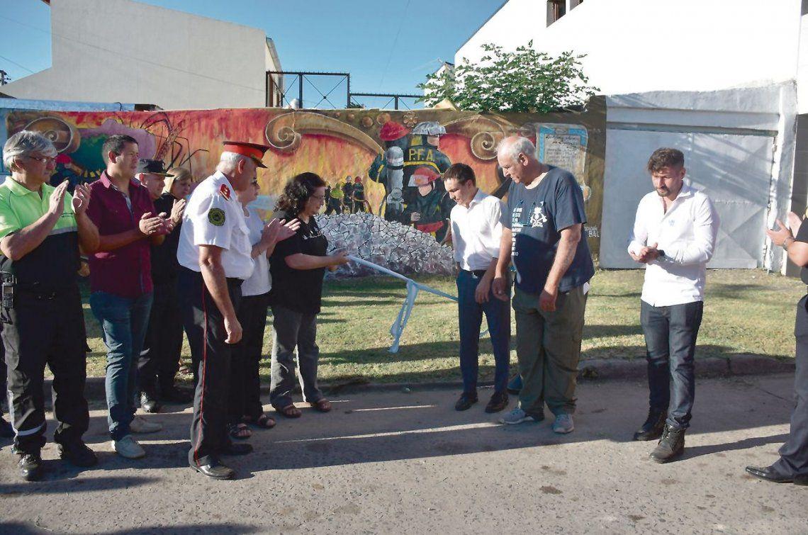 dEl mural en la plazoleta de Solís y Güiraldes que recuerda a los bomberos trágicamente fallecidos.