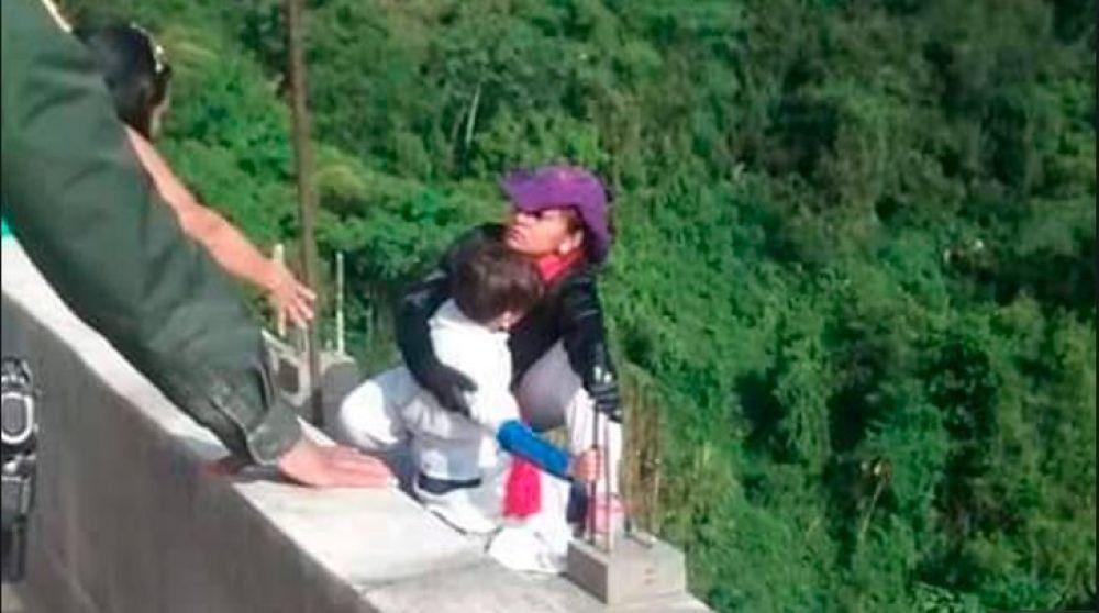 Colombia: Una madre se lanzó de un puente con su hijo de 10 años