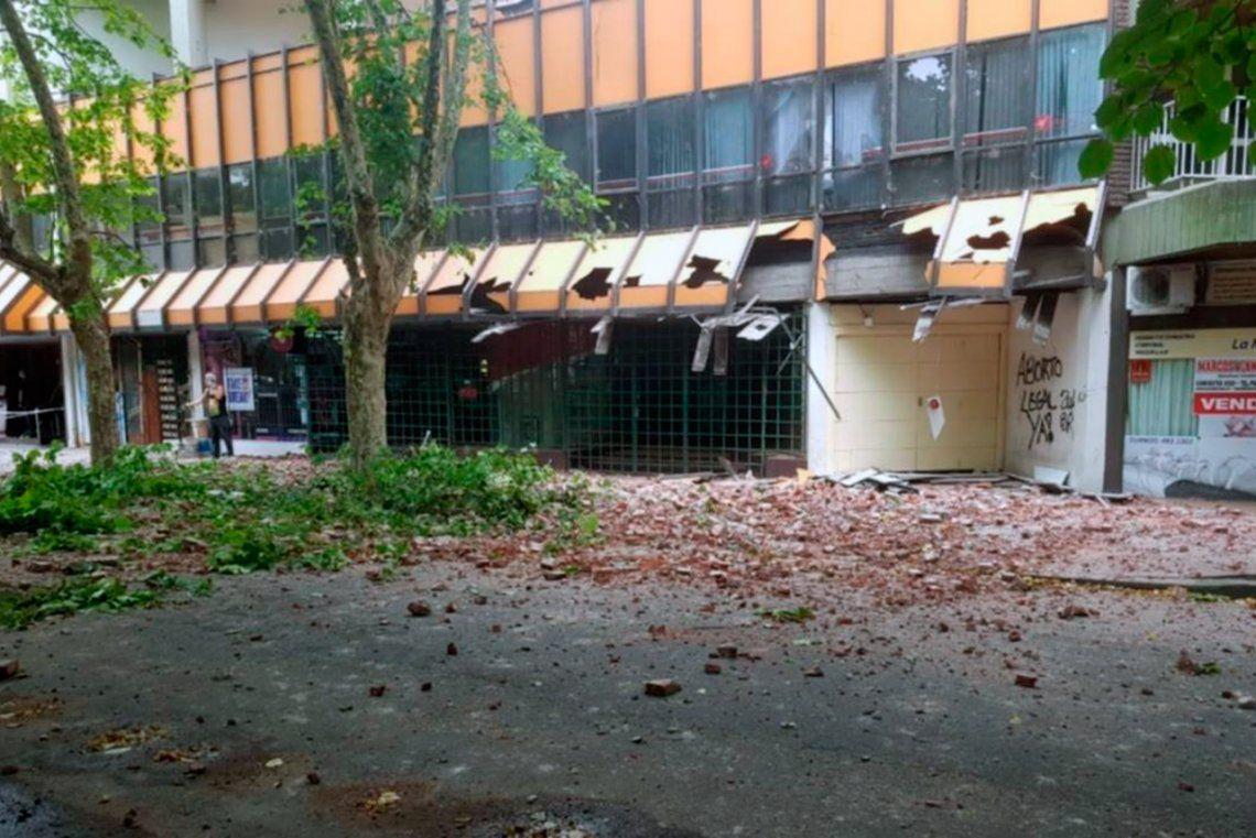 Mar del Plata: se desplomó la fachada de un edificio del centro