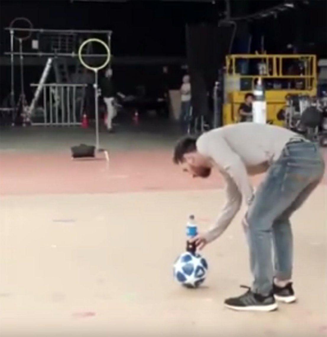 Lionel Messi hizo un increíble truco con una pelota y una botella