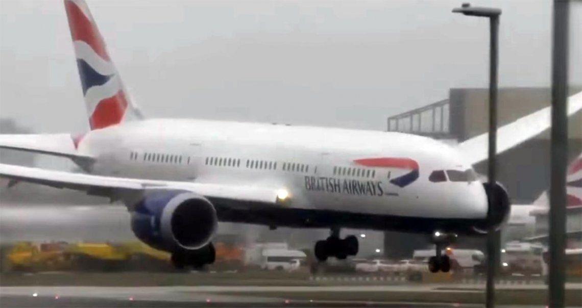Un avión no pudo aterrizar y rebotó contra la pista por las brutales ráfagas de viento en Londres