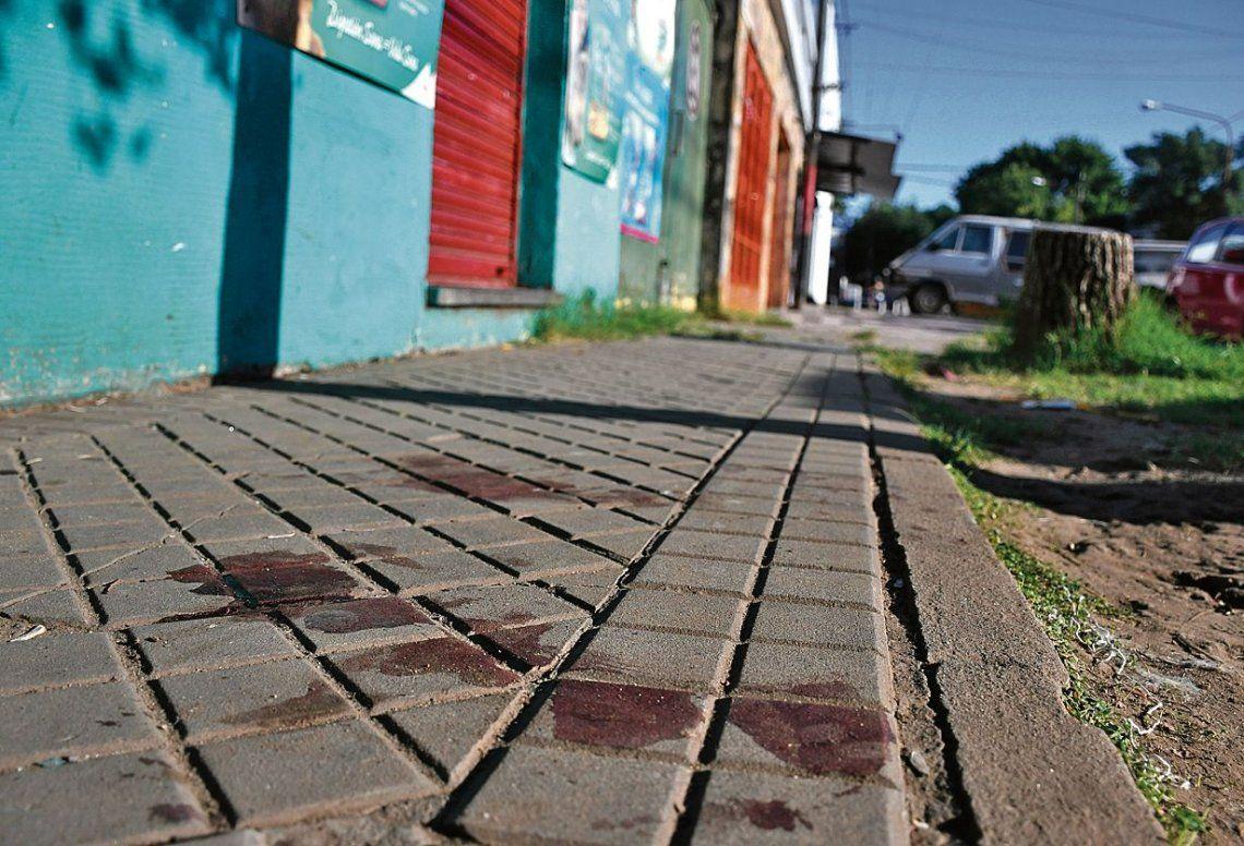 dManchas hemáticas en la vereda donde Gallardo tomaba mate con un vecino y fue sorprendido por sus asesinos.
