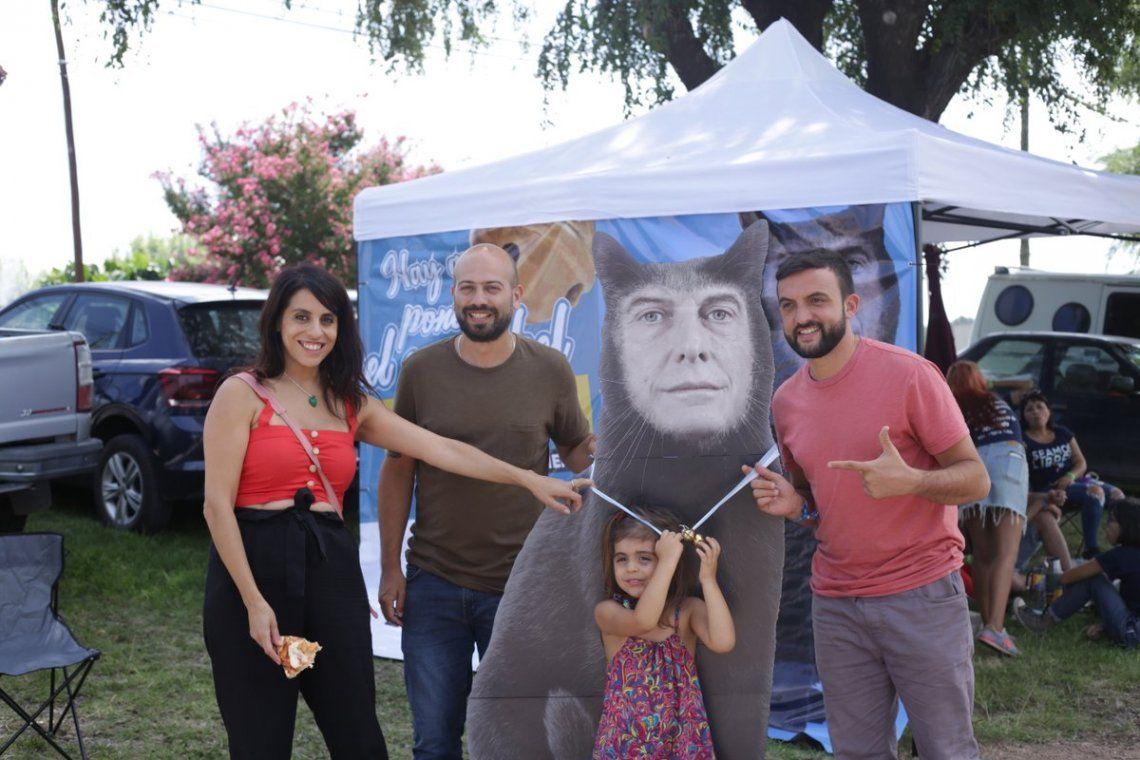 Cosquín Rock: invitaron a ponerle el cascabel a una gigantografía de Macri gato