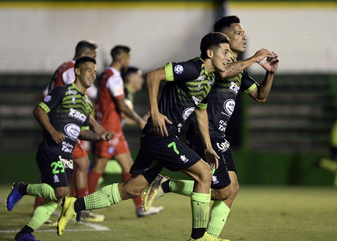 Defensa derrotó a Argentinos de manera agónica y alcanzó la punta del torneo