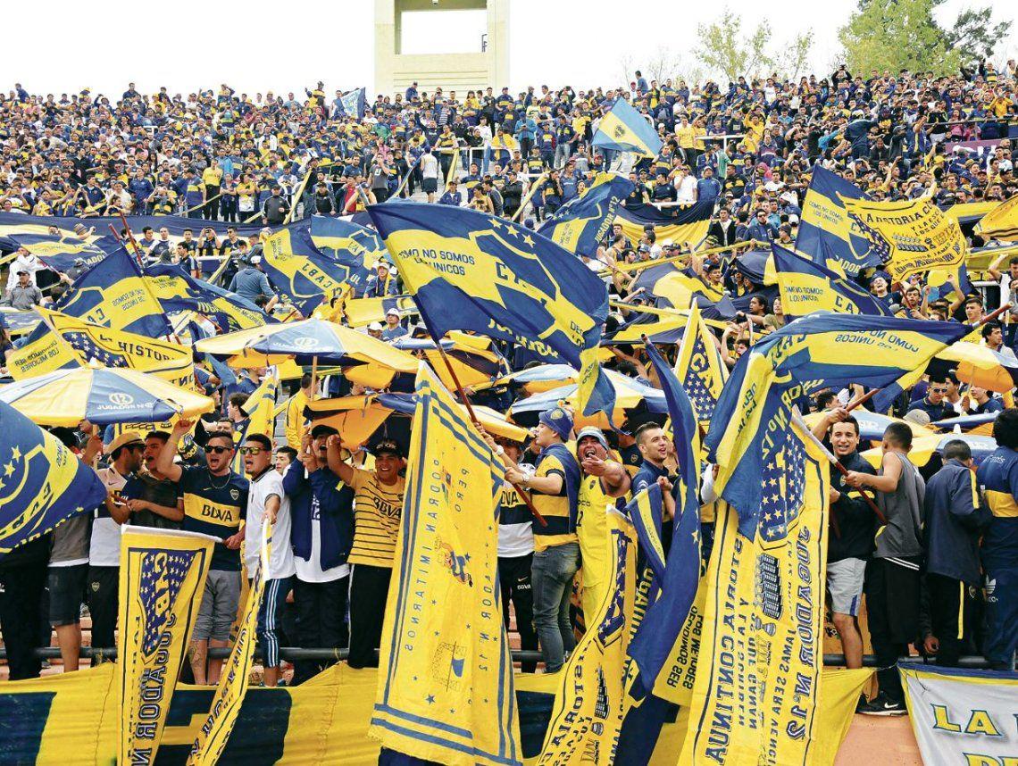 """El último domingo los barras de Boca """"apretaron"""" a los plateístas por cantar contra el presidente."""