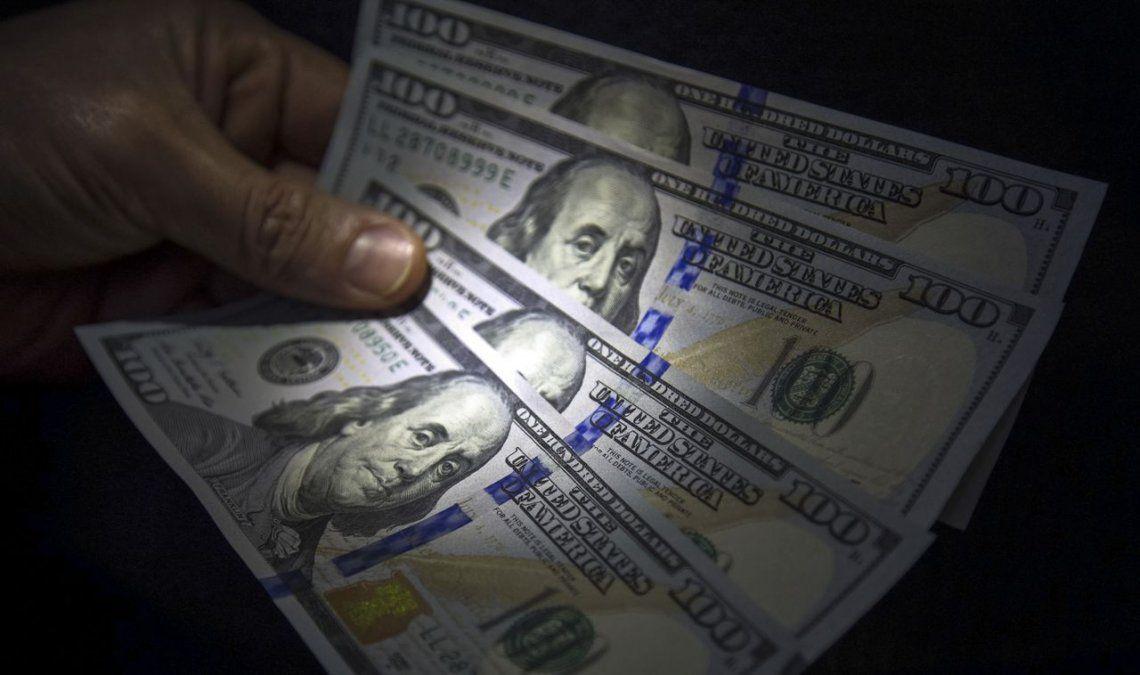 El dólar sigue en caída y bajó 64 centavos