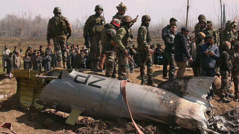 Soldados cerca de los restos de un helicóptero de la Fuerza Aérea India