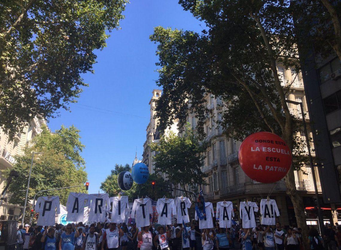 En la primera jornada de paro, docentes marcharon a Plaza de Mayo para reclamar una mejora salarial
