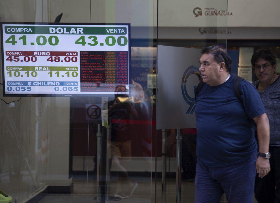 El dólar cayó 40 centavos y cerró por debajo de los $43